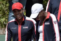 US tennis players Serena Williams (L) and her sister Venus gesture before the start of the 2015 Fed Cup World Group II first round seroes against Argentina at Pilara Tennis Club in Pilar, Buenos Aires on February 8, 2015. William's sisters won their singles matches to put US 2 Argentina 0. AFP PHOTO / Juan Mabromata (AFP Photo/JUAN MABROMATA)